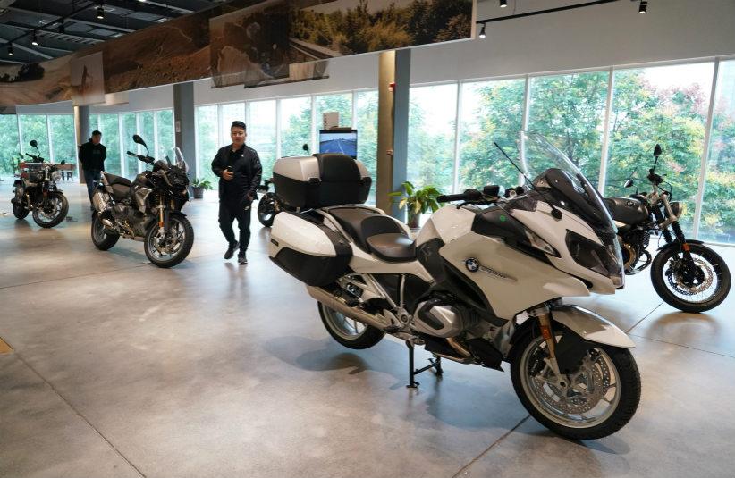 顾客在西安一家摩托车经销商门店内选购车辆。