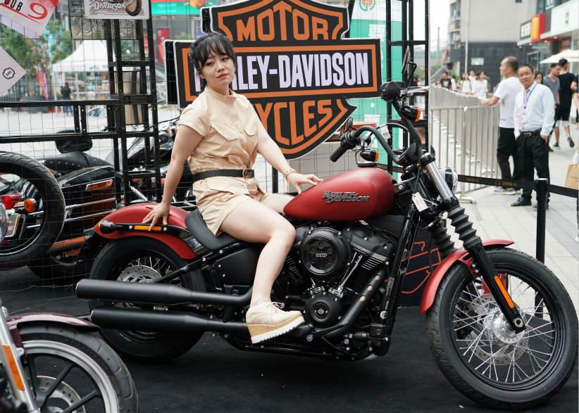 在西安市高新区举行的摩托车文化节上,一名女士在体验一款摩托车。随着社会经济发展,交通方式日趋多元,中大排量摩托车开始受到中青年消费群体的青睐。近年来,在陕西西安,包括许多有车一族在内的普通市民开始选择购置中大排量摩托车出行,以体验驾驶乐趣,享受更便捷的通勤。各类靓丽的摩托车型逐渐成为街头一景;丰富的摩托车文化活动充实了人们的精神文化生活。