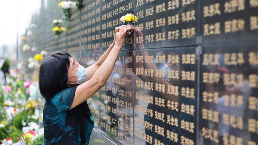 唐山大地震45周年:紀念墻前寄哀思